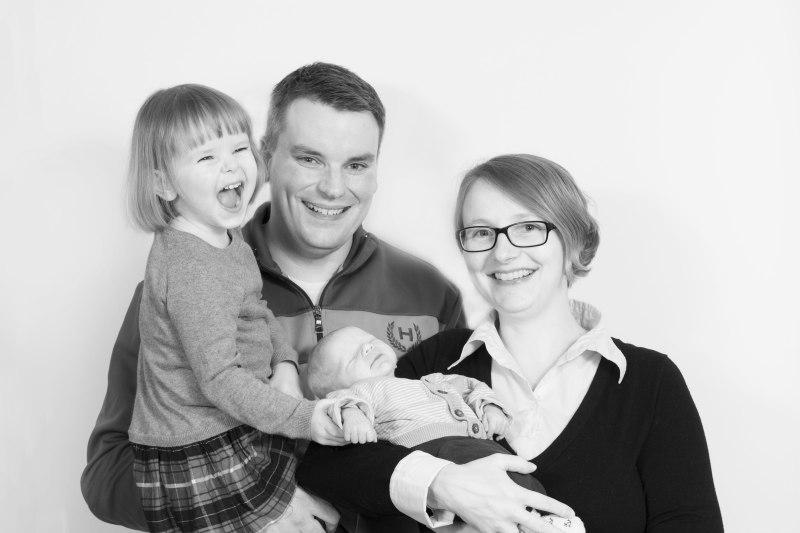 Familienfoto mit freudigem Kind und Baby