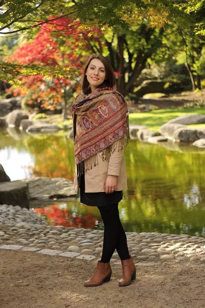 Frau mit Schal im Herbst