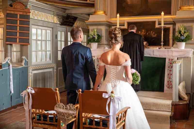 Braut-Bräutigam-Hand-in-Hand-Foto-Pastor-DSK