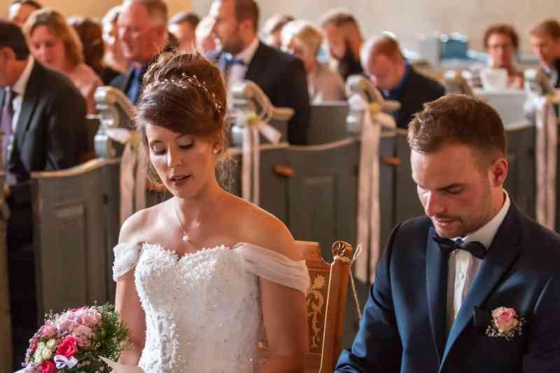 Braut-und-Bräutigam-in-Kirche-DSK