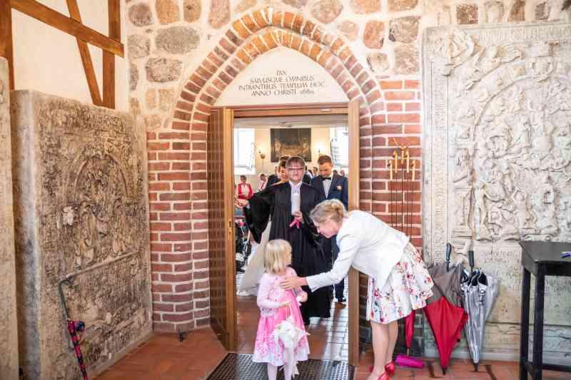 Brautpaar-Auszug-Kirche-Foto-DSK
