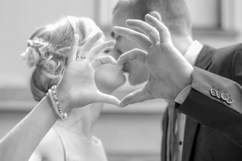 Brautpaar-Herz-Foto-Hochzeitsfoto-Brautpaarshooting-Fotograf-DSK