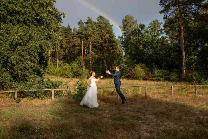 Brautpaar-Regenbogen-Sprung-Foto-DSK-Wald