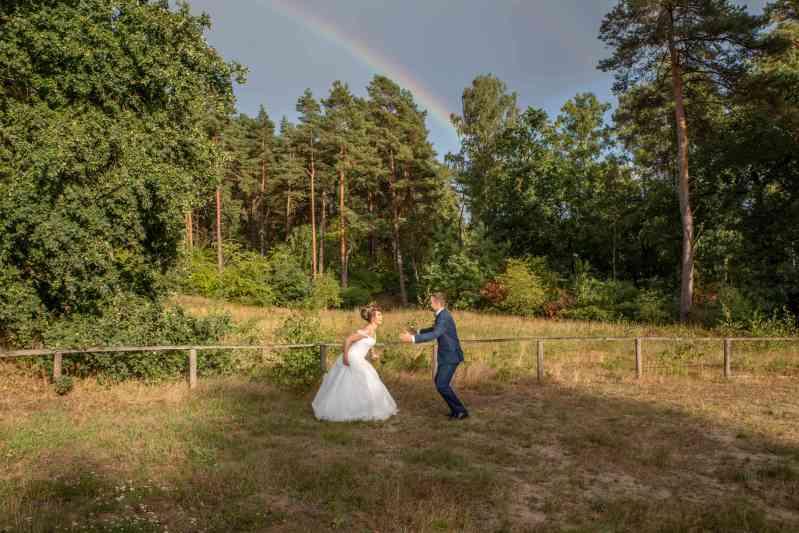 Brautpaar-Regenbogen-Sprung-Foto-DSK