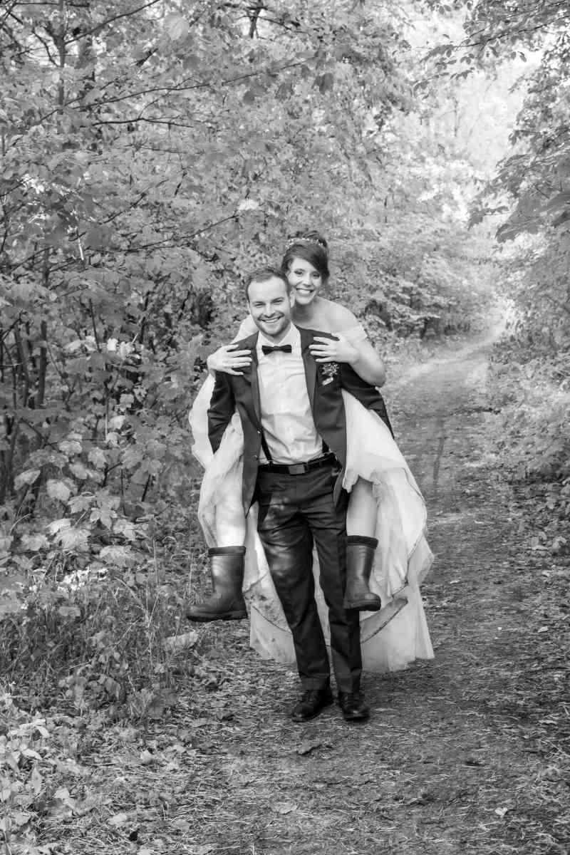 Brautpaar-Schwarz-Weiß-Wald-Natur-Foto-DSK